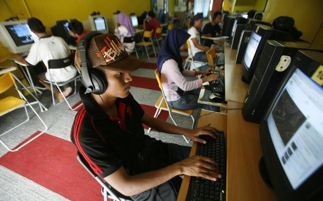 Internet users surf at a cyber cafe in Kuala Lumpur August 7, 2009.REUTERS/Bazuki Muhammad /Files
