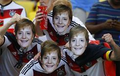 Torcedores da seleção da Alemanha usam máscaras da chanceler alemã, Angela Merkel, antes da partida entre Alemanha e França pelas quartas de final da Copa do Mundo, no Maracanã. 4/07/2014.   REUTERS/Pilar Olivares