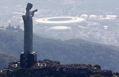 Turistas visitan el Cristo Redentos en Río de Janeiro, jun 27 2014. La final del Mundial comenzará mucho antes de que Alemania y su rival pisen el domingo el mítico Maracanã. Al menos en Twitter.  REUTERS/Ricardo Moraes