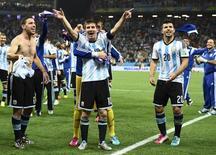 Игроки сборной Аргентины радуются победе над Нидерландами в полуфинале чемпионата мира в Сан-Паулу 9 июля 2014 года. Сборная Аргентины по футболу впервые за последние 24 года вышла в финал чемпионата мира по футболу, в серии послематчевых пенальти обыграв Нидерланды, и  теперь в решающем матче в воскресенье сыграет с командой Германии. REUTERS/Dylan Martinez