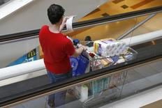Les prix à la consommation sont restés stables en juin en France, leur progression sur un an s'inscrivant à 0,5%, soit le plus bas niveau depuis novembre 2009, contre 0,7% un mois plus tôt. /Photo d'archives/REUTERS/Charles Platiau