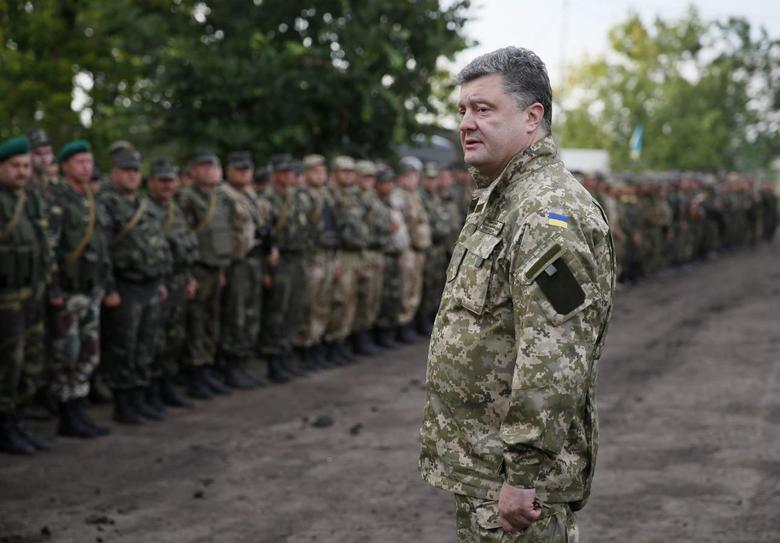 Ukrainian President Petro Poroshenko (front) meets with Ukrainian servicemen near the town of Slaviansk, July 8, 2014.  REUTERS/Gleb Garanich