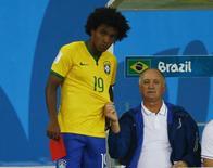 Willian fica ao lado do técnico da seleção Luiz Felipe Scolari durante jogo contra a Alemanha em Belo Horizonte. 08/07/2014. REUTERS/Ruben Sprich