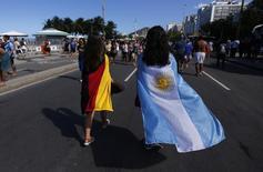 Torcedoras da Alemanha e da Argentina na praia de Copacabana, no Rio de Janeiro. 13/7/2014 REUTERS/Marcos Brindicci