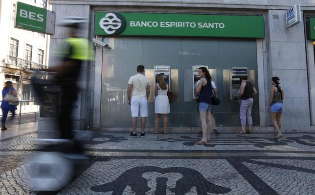 People use automated teller machines (ATMs) of Portuguese bank Banco Espirito Santo in downtown Lisbon July 11, 2014. REUTERS/Rafael Marchante