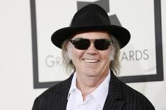 En la imagen, Neil Young llega a la 56º gala anual de los premios Grammy en Los Angeles, California, el 26 de enero de 2014. El ataque con cohetes palestinos sobre Tel Aviv ha forzado la cancelación del concierto de la veterana estrella del rock Neil Young programado para el viernes, dijo el domingo un portavoz de la policía. REUTERS/Danny Moloshok/Files