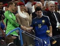 Messi é cumprimentado por Neuer após receber Bola de Ouro.  REUTERS/Dylan Martinez