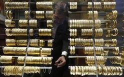 Золотые браслеты в ювелирном магазине в Стамбуле, 5 декабря 2013 года. Цены на золото снижаются на фоне подъема на фондовых рынках Азии. REUTERS/Murad Sezer