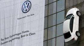 Volkswagen prévoit d'investir 15 milliards de roupies (183 millions d'euros) en Inde sur les cinq ou six prochaines années,  déclare mardi le président de sa filiale indienne. /Photo d'archives/REUTERS/B Mathur