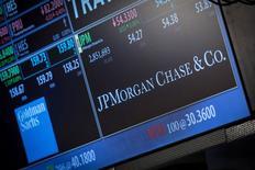 Котировки JP Morgan Chase & Co. на экране фондовой биржи в Нью-Йорке 21 октября 2013 года. JPMorgan Chase & Co, крупнейший по размеру активов банк США, сообщил о снижении прибыли во втором квартале 2014 года на 8 процентов из-за спада доходов от торговли ценными бумагами. REUTERS/Brendan McDermid