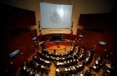 Imagen de archivo de un debate en el Senado en Ciudad de México, dic 10 2013. El Senado de México aprobó el martes en comisiones varias leyes que reglamentarán una controvertida e histórica reforma energética, que busca abrir el sector de los hidrocarburos a la inversión privada y elevar la estancada producción de petróleo y gas del país.  REUTERS/Henry Romero