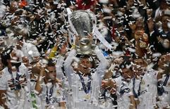 Cristiano Ronaldo ergue a taça da Liga dos Campeões conquistada pelo Real Madrid. 24/05/2014    REUTERS/Paul Hanna
