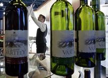 Бутылки вина на выставке Expo Vin Moldova 2007 в Кишиневе 21 февраля 2007 года. Правительство России предупредило, что может ввести пошлины на вино, мясо, зерно, сахар, фрукты и овощи из Молдавии, которая предпочла альянсу с Кремлём партнёрство с Евросоюзом. REUTERS/Gleb Garanich