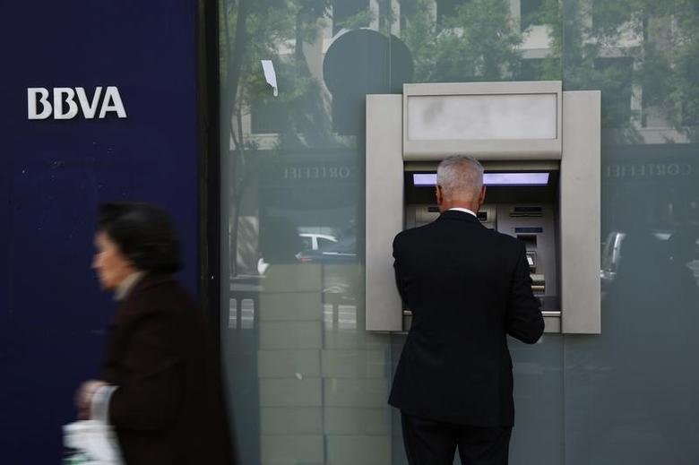 A man uses an ATM machine at a BBVA bank branch in Madrid April 30, 2014.  REUTERS/Susana Vera