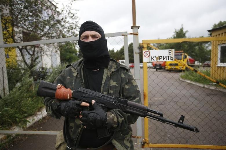 An armed pro-Russian separatist from the so-called Battalion Vostok (East) stands guard at a checkpoint in the eastern Ukrainian city of Donetsk, July 8, 2014. REUTERS/Maxim Zmeyev