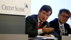 Brady Dougan, directeur général de Credit Suisse (à gauche), et le directeur financier de la banque, David Mathers. Credit Suisse Group a fait état mardi de sa plus forte perte trimestrielle depuis l'effondrement de Lehman Brothers en 2008, en raison notamment d'une charge de 1,6 milliard de francs suisses (1,32 milliard d'euros) liée au règlement d'un litige fiscal avec la justice américaine. /Photo prise le 22 juillet 2014/REUTERS/Arnd Wiegmann