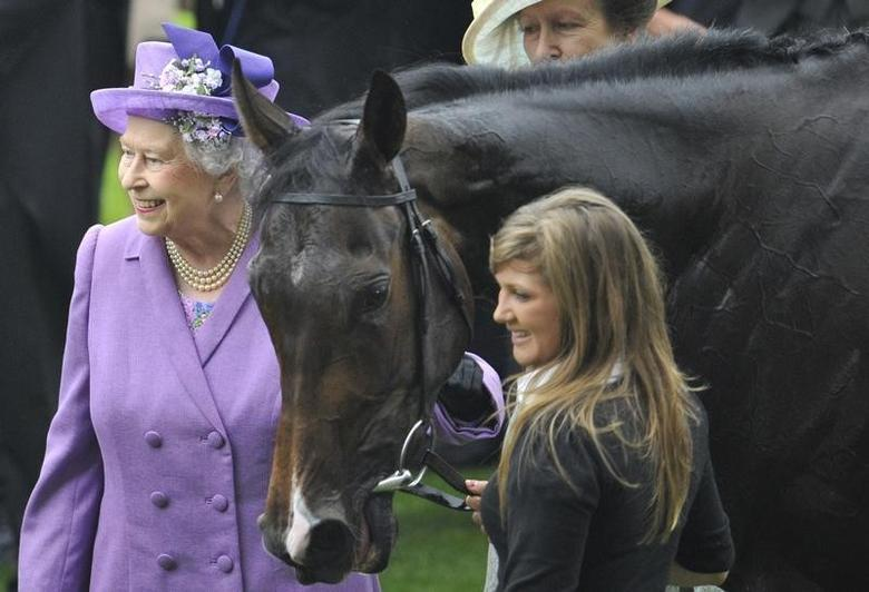 Britain's Queen Elizabeth (L) smiles as she stands with her horse Estimate after it won the Gold Cup during Ladies' Day at the Royal Ascot horse racing festival at Ascot, southern England, June 20, 2013. REUTERS/Toby Melville