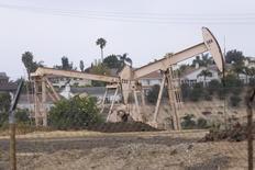 Вид на станки-качалки в Лос-Анджелесе 6 мая 2008 года. Цены на нефть Brent снижаются, но держатся выше $107 за баррель на фоне геополитических проблем в нефтедобывающих регионах, угрожающих снабжению рынка. REUTERS/Hector Mata