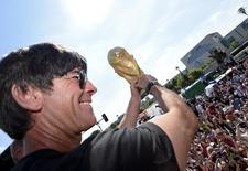 Técnico da seleção da Alemanha, Joachim Loew, comemora conquista da Copa durante festa em Berlim.  15/7/2014.  REUTERS/Markus Gilliar/Pool