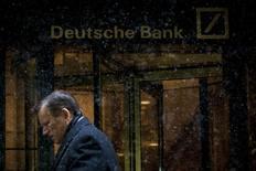 Imagen de archivo de la sede del Deutsche Bank en el distrito financiero de Manhattan en Nueva York, ene 21 2014. El Banco de la Reserva Federal de Nueva York encontró problemas serios en las operaciones de Deutsche Bank en Estados Unidos, incluyendo deficiencias en sus reportes financieros, auditorías y supervisión, dijeron a Reuters personas cercanas al caso.   REUTERS/Brendan McDermid