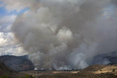 Firefighters hold line in Washington as experts warn...