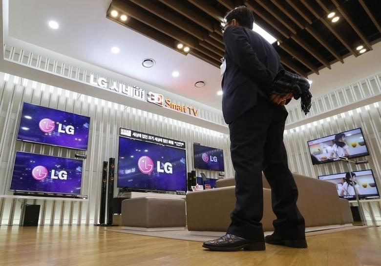 A customer watches LG Electronics' 3D TV sets with a pair of 3D glasses at a store in Seoul January 23, 2014. REUTERS/Kim Hong-Ji/Files