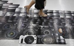 Canon affiche un bond de 12% de son bénéfice d'exploitation au deuxième trimestre à la faveur de performances solides de sa division équipements de bureau à l'international qui ont compensé la faiblesse persistante de ses ventes d'appareils photo. /Photo prise le 24 juillet 2014/REUTERS/Yuya Shino