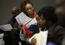 Gente asiste a una feria de empleo en Detroit, Michigan. 1 mar, 2014. El número de estadounidenses que presentaron nuevas solicitudes de subsidios por desempleo cayó la semana pasada a su menor nivel en casi ocho años y medio, lo que sugiere que la recuperación del mercado laboral está cobrando impulso. REUTERS/Joshua Lott