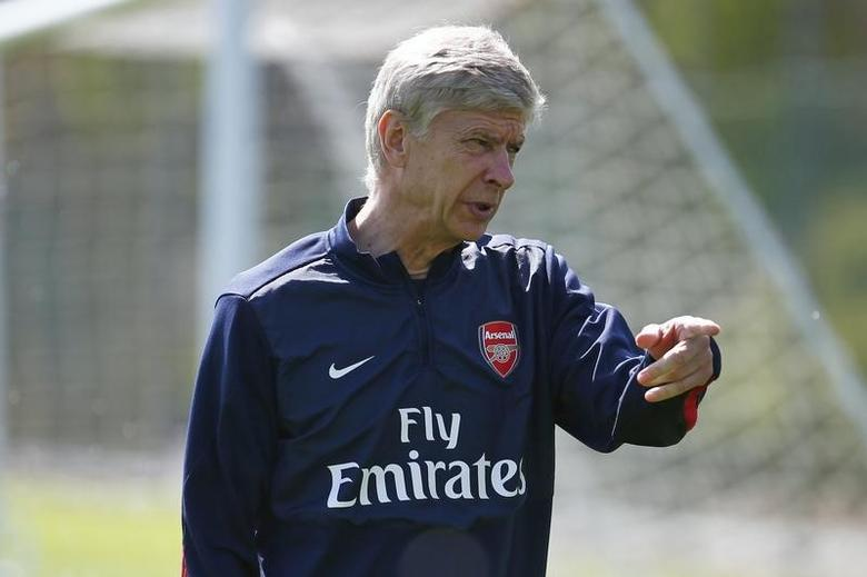 Arsenal manager Arsene Wenger leads a training session at London Colney near London May 14, 2014. REUTERS/Eddie Keogh