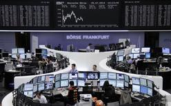 Les Bourses européennes reculent à mi-séance vendredi, plombées par la dégradation du climat des affaires en Allemagne et la chute des valeurs du luxe dans le sillage de LVMH, qui a publié des résultats semestriels nettement inférieurs aux attentes. À Paris, le CAC 40 cède 0,69%, vers 13h00. À Francfort, le Dax recule de 0,51% et à Londres, le FTSE limite son repli à 0,09%. /Photo prisele 25 juillet 2014/REUTERS