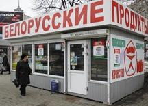 Палатка с белорусскими продуктами в Киеве 1 марта 2012 года. Белоруссия отменила введенное ранее в этом году лицензирование импорта пива и ряда других товаров из стран СНГ, в ответ на которое Украина грозила введением специальной пошлины на белорусские товары. REUTERS/Gleb Garanich
