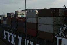 Imagen de archivo de un carguero en la exclusa miraflores del Canal de Panamá en Ciudad de Panamá, feb 4 2014. La actividad económica de Panamá se expandió un 1.71 por ciento en mayo del 2014 respecto al mismo mes del año previo, dijo el viernes el Gobierno del país centroamericano. REUTERS/Carlos Jasso