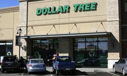 Le distributeur à bas coûts Dollar Tree a proposé lundi de racheter son concurrent Family Dollar Stores pour un montant de 8,5 milliards de dollars (6,32 milliards d'euros), ce qui permettrait de créer, selon les deux groupes, le numéro un nord-américain de la distribution low cost. /Photo d'archives/REUTERS/Rick Wilking