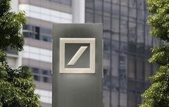 Deutsche Bank a enregistré une hausse de 16% à 917 millions d'euros de son bénéfice imposable au deuxième trimestre mais la banque allemande craint que la revue de qualité des actifs et les tests de résistance menés par les autorités européennes exerce un impact sur ses comptes dans un avenir proche. /Photo prise le 16 juillet 2014/REUTERS/Toru Hanai