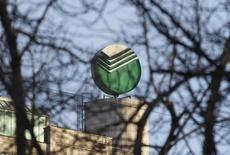 Логотип Сбербанка на штаб-квартире банка в Москве 28 марта 2013 года. Акции ВТБ и Сбербанка снизились в начале торгов вторника на фоне намерения Евросоюза ввести санкции против российских госбанков, тогда как остальные ликвидные акции слегка отскочили после вчерашнего отката. REUTERS/Maxim Shemetov