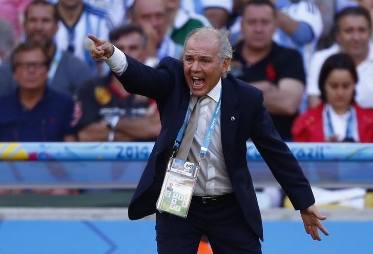 Argentina's coach Alejandro Sabella gives directions to his players during the 2014 World Cup final between Argentina and Germany at the Maracana stadium in Rio de Janeiro July 13, 2014. REUTERS/Eddie Keogh