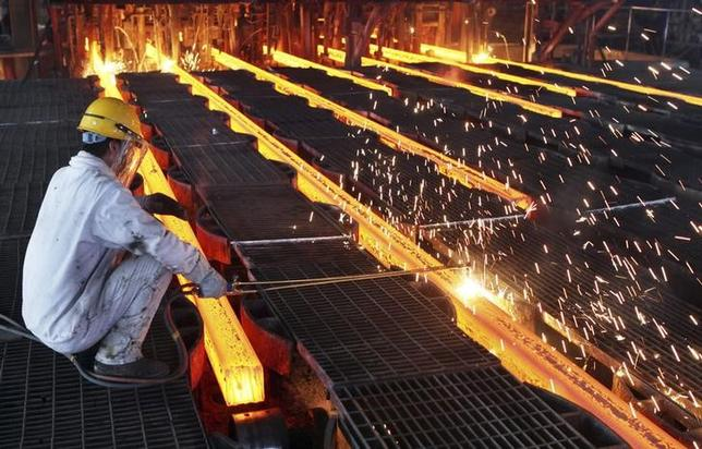 A worker cut steel bars at a steel plant in Ganyu, Jiangsu province June 9, 2014.  REUTERS/China Daily/Files