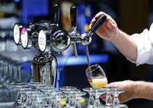 Anheuser-Busch InBev a publié un bénéfice du deuxième trimestre plus élevé que prévu, la Coupe du monde de football ayant dopé les ventes de bière au Brésil, tandis que la Chine et le Mexique ont surperformé. Le premier brasseur mondial a dit avoir vendu 7,2% de bière en plus qu'un an auparavant au Brésil, son deuxième marché, la hausse des prix ayant par ailleurs provoqué une hausse de 5% du chiffre d'affaires, à 10,587 milliards de dollars. /Photo prise le 30 avril 2014/REUTERS/Yves Herman