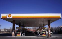 Royal Dutch Shell a publié un bénéfice en hausse de 33% au deuxième trimestre, supérieur au consensus, grâce à une hausse à la fois des volumes produits et des prix de vente. /Photo d'archives/REUTERS/Rick Wilking