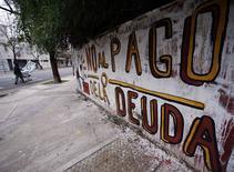 """Graffiti """"Non au paiment de la dette"""" dans une rue de Buenos Aires. L'Argentine s'est retrouvée jeudi en situation de défaut sur sa dette pour la deuxième fois en douze ans après l'échec des négociations de la dernière chance avec deux fonds spéculatifs qui ont refusé de participer à la restructuration consécutive à la crise de 2001-2002. /Photo prise le 31 juillet 2014/REUTERS/Marcos Brindicci"""