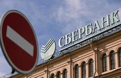 Дорожный знак у отделения Сбербанка в Санкт-Петербурге 27 марта 2014 года. Европейский союз запретил пяти российским банкам привлекать капитал на рынках ЕС в рамках санкций, введенных против РФ за действия Москвы в отношении Украины. REUTERS/Alexander Demianchuk