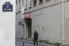 Homem passa pela entrada do cinema adulto Le Beverley, em Paris. 30/07/2014   REUTERS/Christian Hartmann