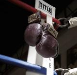 """Les gants que portait Mohamed Ali lors de son """"combat du siècle"""" contre Joe Frazier en 1971 au Madison Square Garden de New York ont été adjugés jeudi aux enchères pour près de 400.000 dollars.  L'acquéreur est resté anonyme. /Photo diffusée le 31 juillet 2014/REUTERS/Heritage Auctions"""