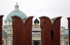"""Логотип Роснефти на ее главном офисе около Кремля, 27 мая 2013 года. Математически, у России хватит резервов продержаться по меньшей мере два года, прежде чем западные санкции начнут душить её экономику, однако ей предстоит беречься пробуждения """"спящего дракона"""" - паники инвесторов. REUTERS/Sergei Karpukhin"""