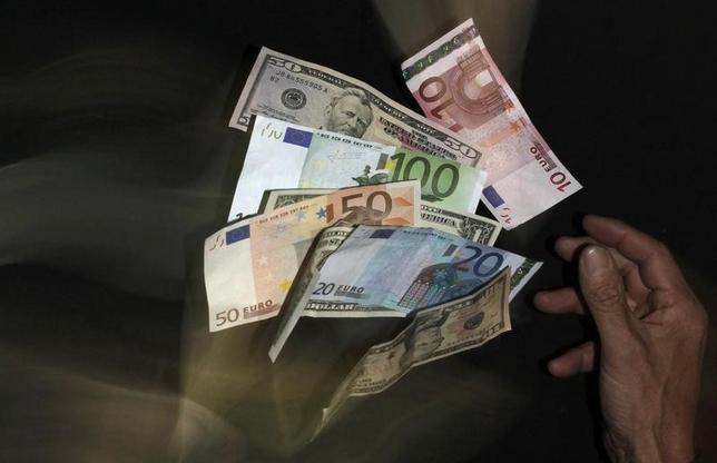 8月1日、バンカメメリルによると、1週間の高利回りジャンク債ファンドは、世界的に44億ドルの資金流出となった。写真はユーロやドル紙幣。プラハで2013年1月撮影(2014年 ロイター/David W Cerny)