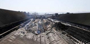 Vista geral do armazém da Cosan que pegou fogo no domingo, destruindo 15 mil toneladas de açúcar, no Porto de Santos. 04/08.2014 REUTERS/Paulo Whitaker