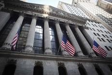 Здание Нью-Йоркской фондовой биржи 4 августа 2014 года. Американские акции выросли в понедельник в результате позднего ралли, вызванного отчетом компании Уоррена Баффета Berkshire Hathaway и подъемом всех секторов, который помог индексу S&P 500 восстановиться после максимального недельного спада с 2012 года. REUTERS/Carlo Allegri
