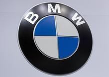 Логотип BMW на автосалоне в Нью-Йорке 16 апреля 2014 года. Прибыль немецкого производителя автомобилей BMW AG во втором квартале выросла на 26 процентов, превзойдя прогнозы, благодаря новым моделям внедорожников и превысившим ожидания продажам в Китае. REUTERS/Carlo Allegri