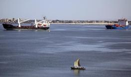 Barco de pesca e navios no Canal de Suez perto de Ismailia, no Egito. 02/05/2014 REUTERS/Amr Abdallah Dalsh