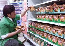 Imagen de archivo de un emplado en un supermercado en Santiago. La economía chilena creció en junio un 0,8 por ciento, su menor desempeño mensual en más de cuatro años, tras decepcionantes datos de manufacturas y de consumo que elevaron las expectativas de un próximo recorte de la tasa de interés clave ante la desaceleración de la actividad doméstica.